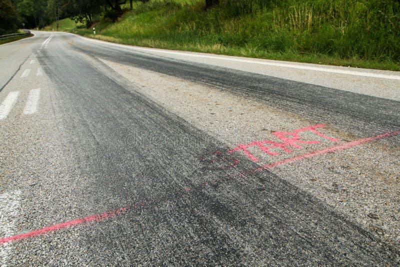 Les voies en caoutchouc des voitures de course photo stock
