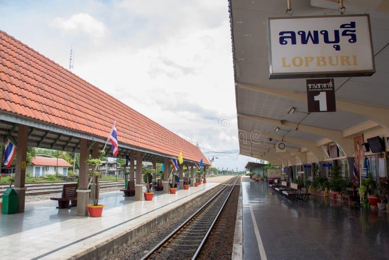 Les voies ferrées dans la station de Lopburi images libres de droits