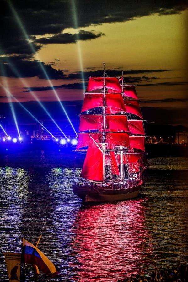 Les voiles d'écarlate de célébration montrent pendant le festival de nuits blanches, photos libres de droits
