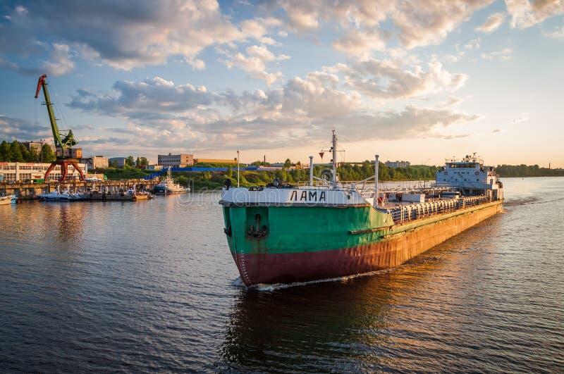 """Les voiles de """"lama """"de bateau sur la Volga près de la ville de Rybinsk photos libres de droits"""