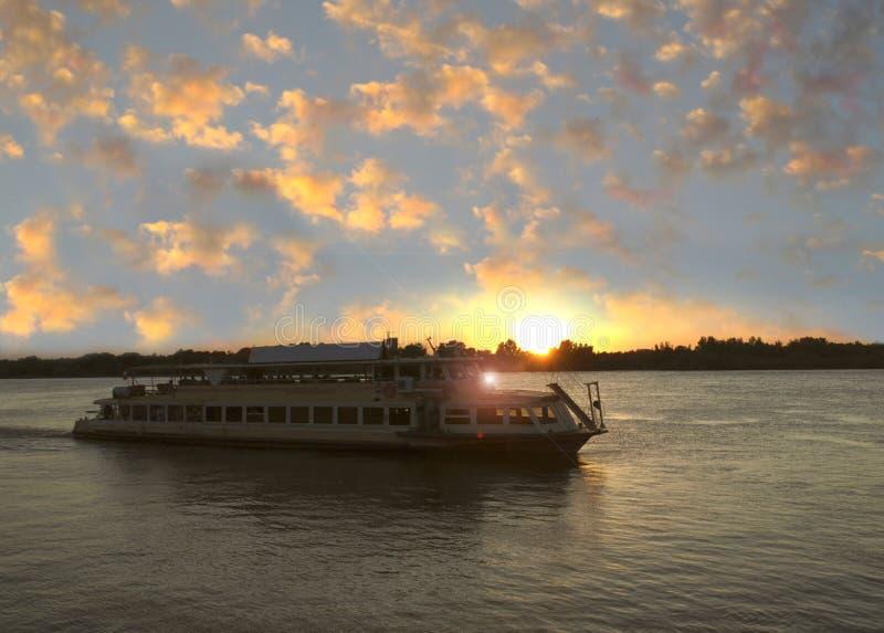 Les voiles de bateau le long de la rivière Volga l'astrakan Russie photographie stock