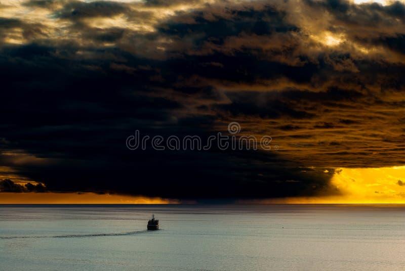 Les voiles de bateau vers l'avant tempête photos libres de droits