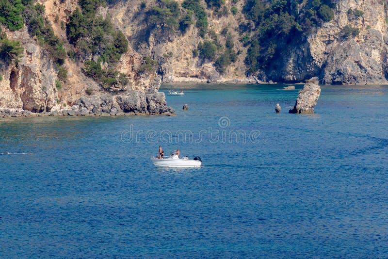 Les voiles de yacht ont amarré sur la région de mer ouverte d'Épire, Grèce photographie stock