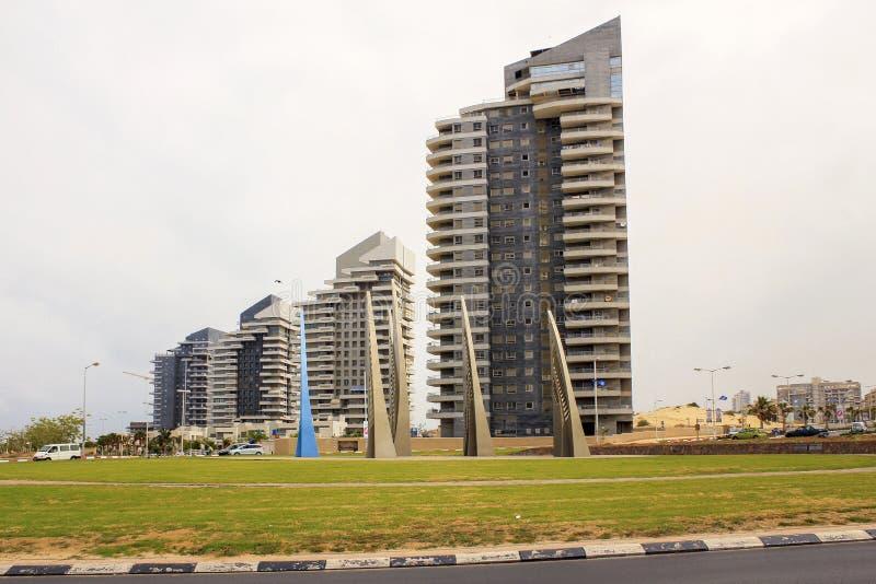 Les voiles sculptent et les bâtiments modernes à Ashdod, Israël photographie stock