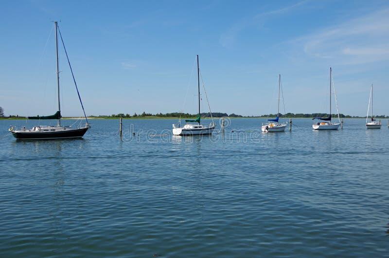 Les voiliers se sont accouplés tranquillement outre de la marina de pilier photographie stock