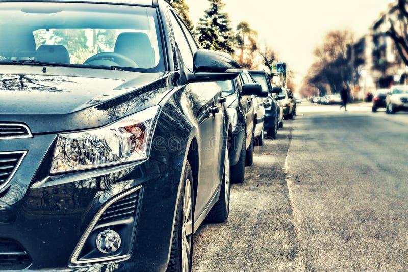 Les voitures étaient sur la rue photo libre de droits
