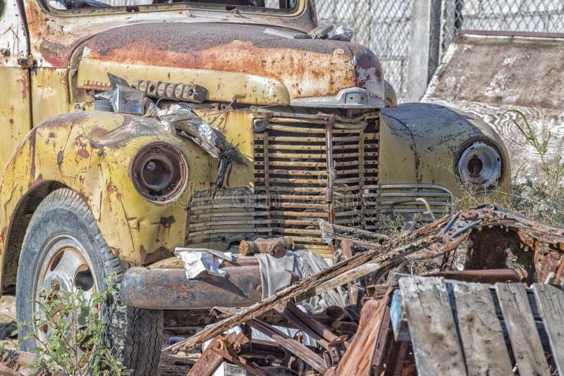 Les voitures abandonnées se sont rouillées fin de détail  photos libres de droits