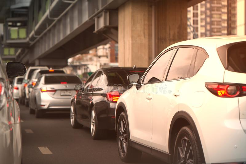 Les voitures bloquent sur la rue ou la route avec le survol de tache floue image stock