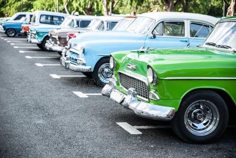 Les voitures cubaines traditionnelles ont garé dans la rangée, rétro oldtimer américain photos stock
