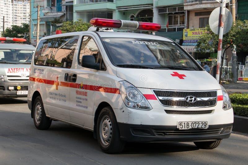 Les voitures d'ambulance conduisent à la rue photos stock
