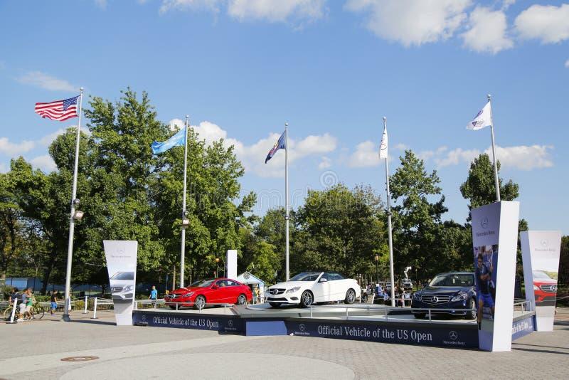 Les voitures de Mercedes-Benz au tennis national centrent pendant l'US Open 2014 image libre de droits