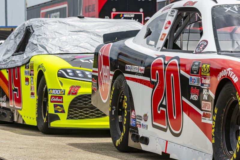 Les voitures de NASCAR ont aligné dans le garage photographie stock libre de droits