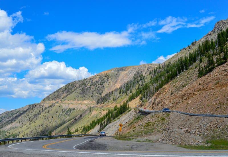 Les voitures dirigent soigneusement les montagnes russes au sommet des montagnes de Beartooth photos libres de droits