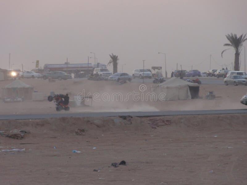 Les voitures du Moyen-Orient dans le désert photos libres de droits
