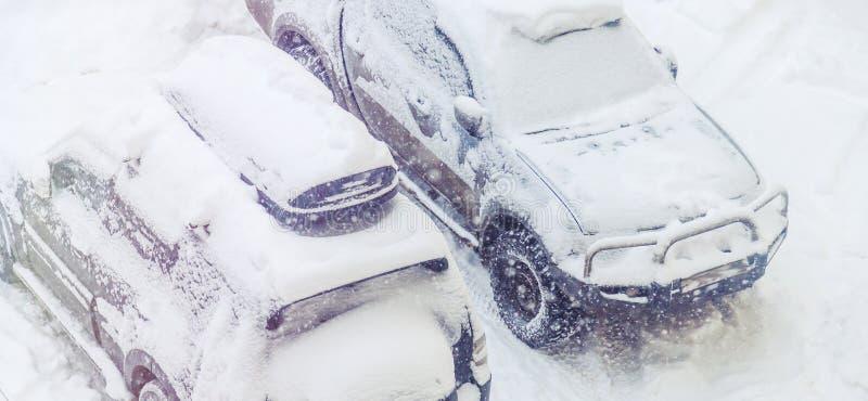 Les voitures garées ont neigé pendant des chutes de neige photos libres de droits