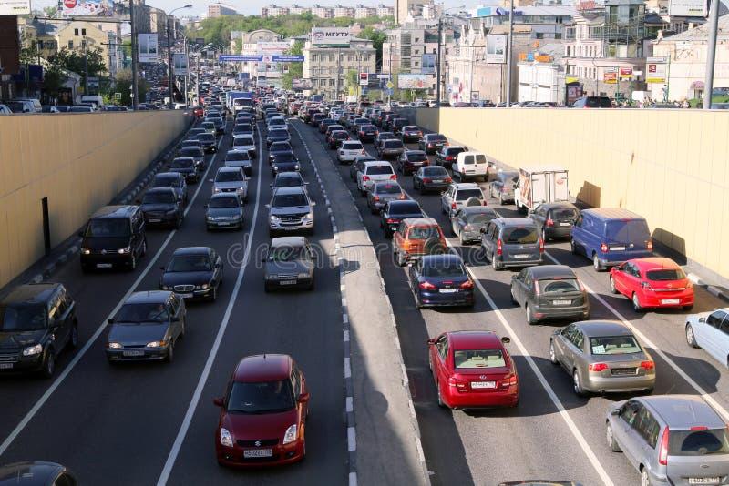 Les voitures se tient dans l'embouteillage au centre de la ville image libre de droits