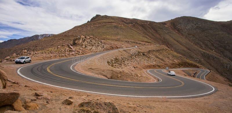 Les voitures sur le raide, route d'enroulement vers le haut des brochets font une pointe, le Colorado photo stock