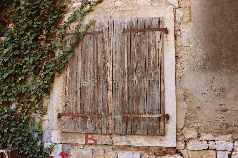 Les volets fermés de la vieille maison photos libres de droits