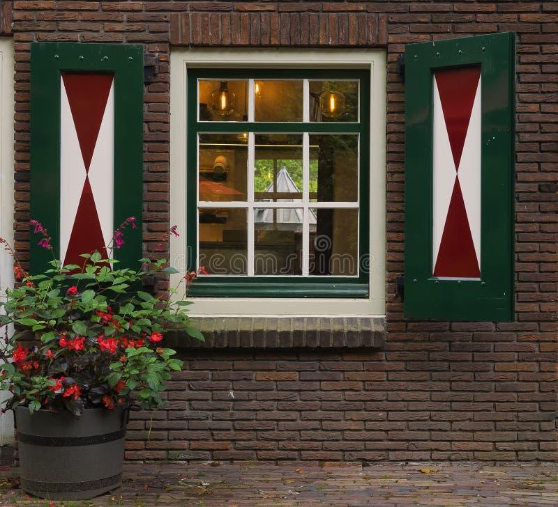 Les volets vert rouge et blanc du Pays-Bas à Amsterdam images libres de droits