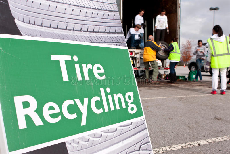 Les volontaires rassemblent les pneus usés à réutiliser l'événement images stock