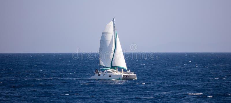 Les voyages de voilier avec le vent aident, en mer calme Fond clair de ciel bleu, bannière photographie stock libre de droits