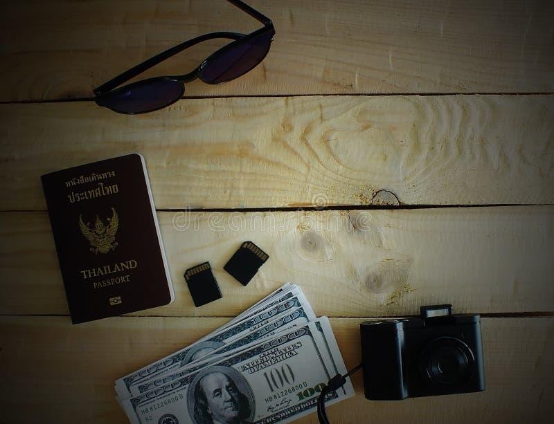 Les voyageurs préparent avant de voyager à l'étranger Deux cartes de mémoire foncé photo libre de droits