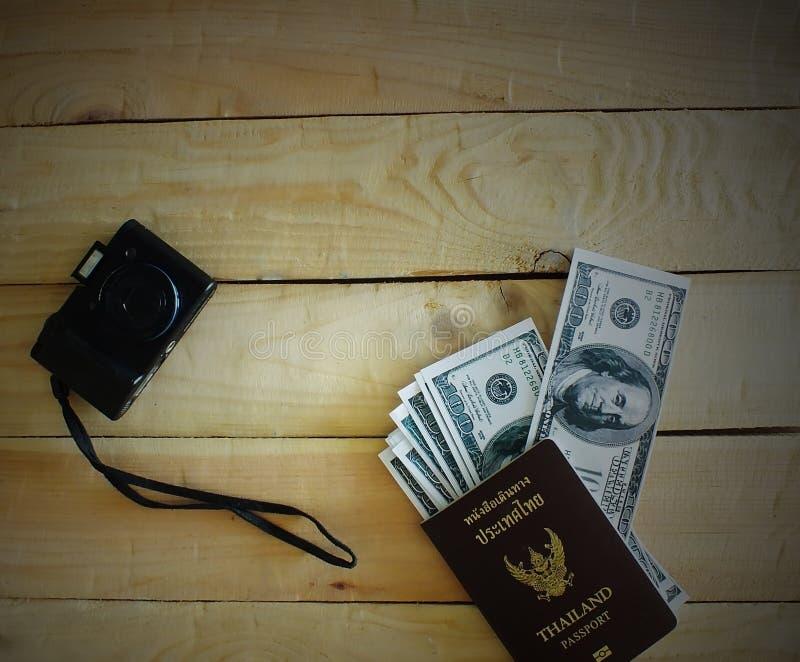 Les voyageurs préparent avant de voyager à l'étranger Préparez les passeports sur le bureau photo libre de droits