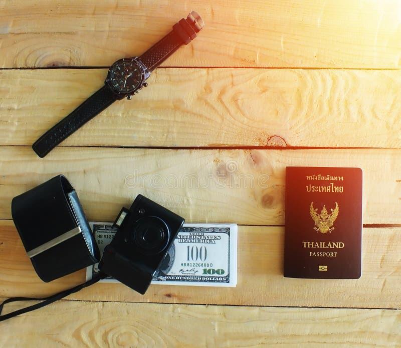 Les voyageurs préparent avant de voyager à l'étranger Temps de coucher du soleil photos stock