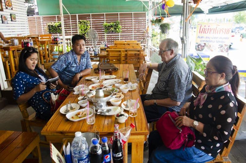 Les voyageuses de personnes thaïlandaises et d'étranger ont fini de manger de la nourriture de déjeuner photo libre de droits