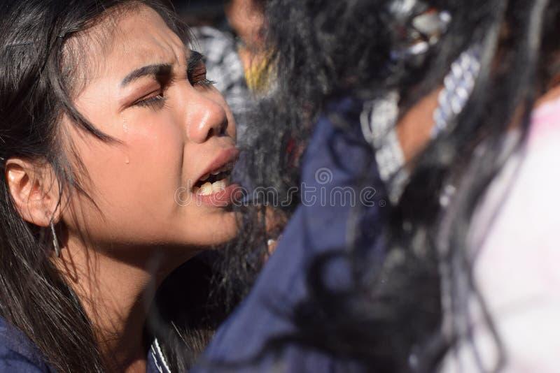 Les vraies larmes émettent des yeux d'une pitié se sentante de femme à Jesus Christ, drame de rue, la communauté célèbre la repré photographie stock