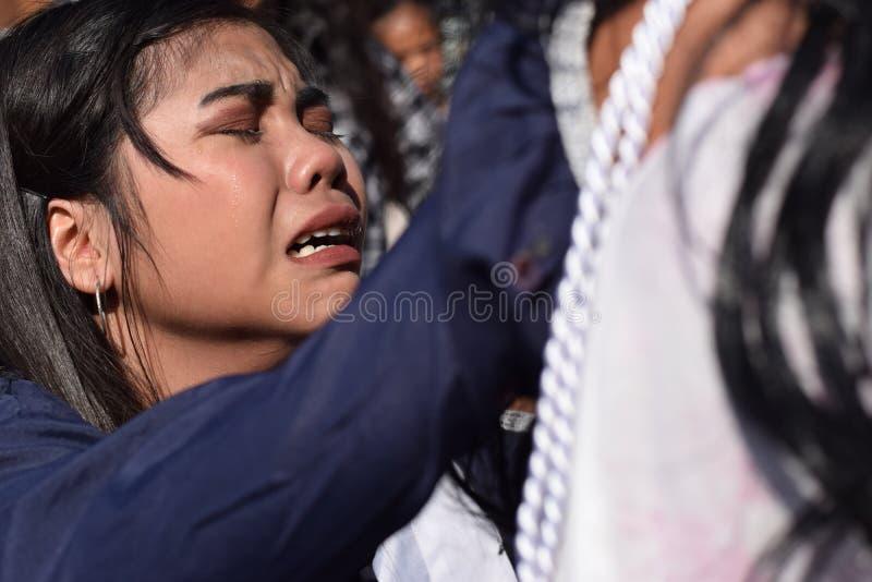Les vraies larmes émettent des yeux d'une pitié se sentante de femme à Jesus Christ, drame de rue, la communauté célèbre la repré photo stock