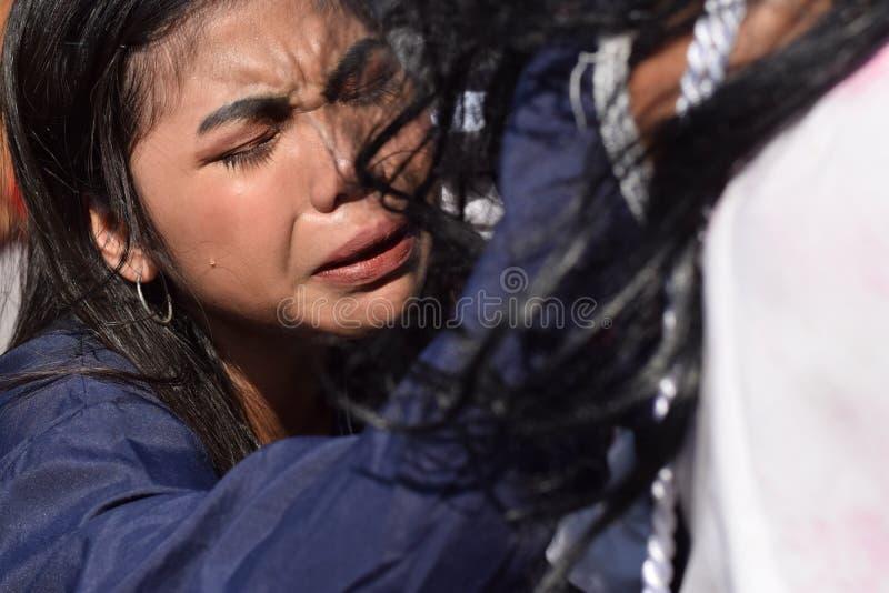 Les vraies larmes émettent des yeux d'une pitié se sentante de femme à Jesus Christ, drame de rue, la communauté célèbre la repré images libres de droits