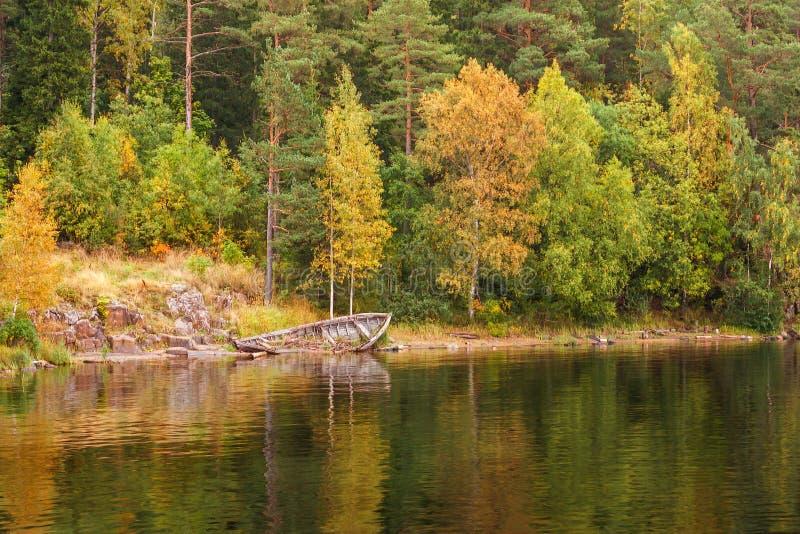 Les vues panoramiques de l'île de Valaam aboient avec le vieux bateau en bois inondé La partie nord du lac Ladoga République de l photos stock