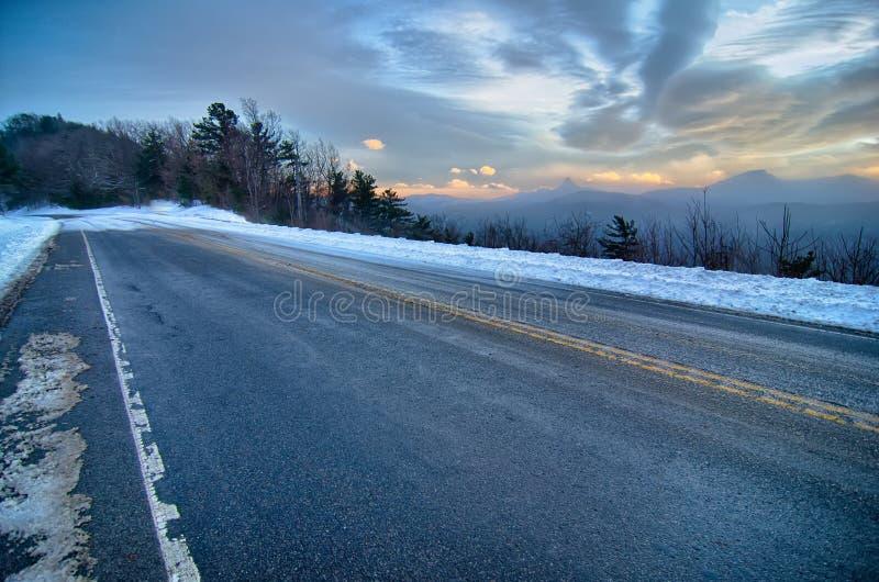 Les vues scéniques à la montagne brune donnent sur en Caroline du Nord au soleil photographie stock libre de droits