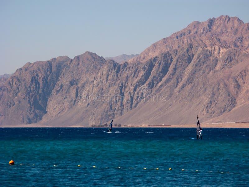 Les Windsurfers sont dans le golfe du Dahab image stock