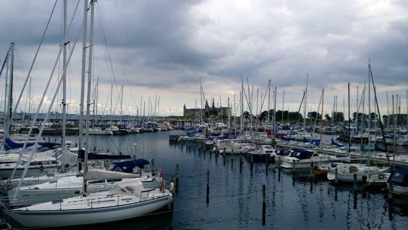 Les yachts chers se garants près de Kronborg se retranchent à Elseneur photo stock