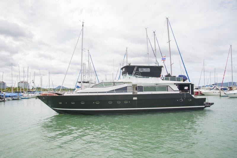 Les yachts chers se tiennent sur le dock au club de yacht photos stock