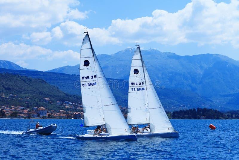 Les yachts de navigation images stock