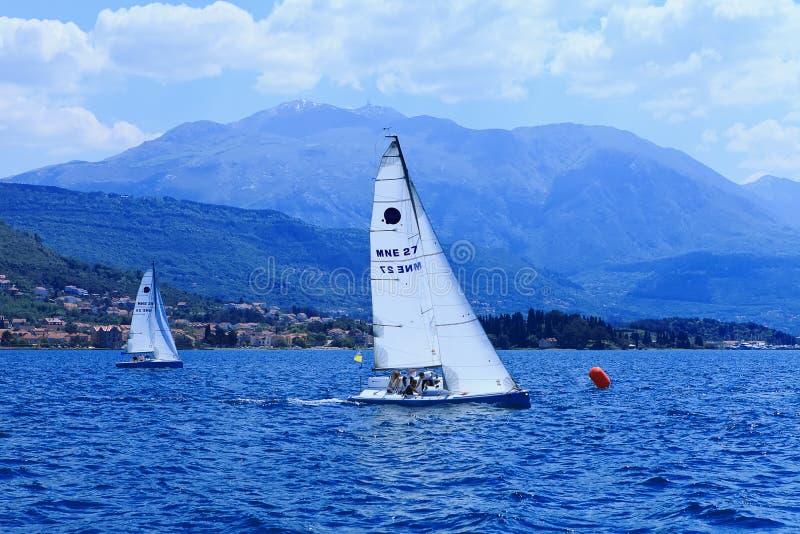 Les yachts de navigation photo stock