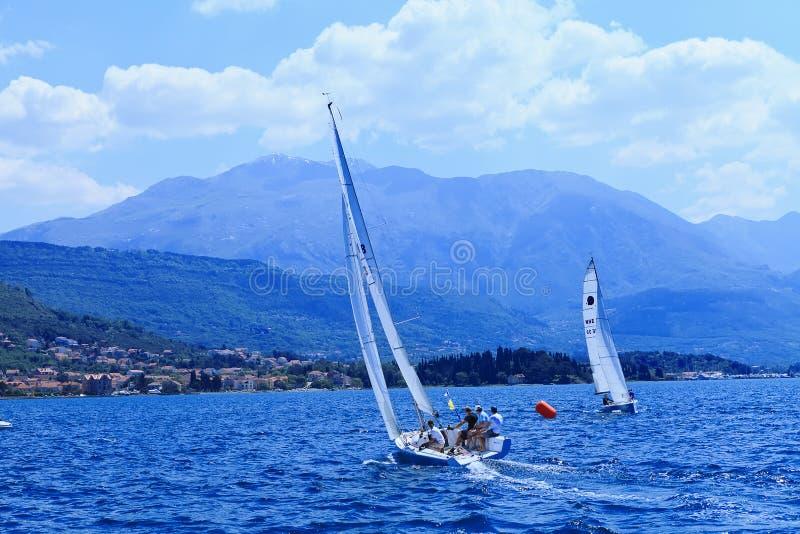 Les yachts de navigation photographie stock