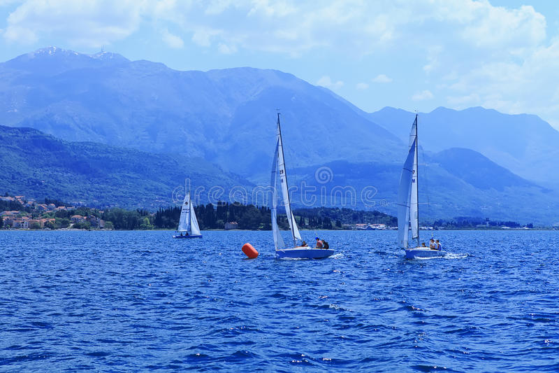 Les yachts de navigation images libres de droits