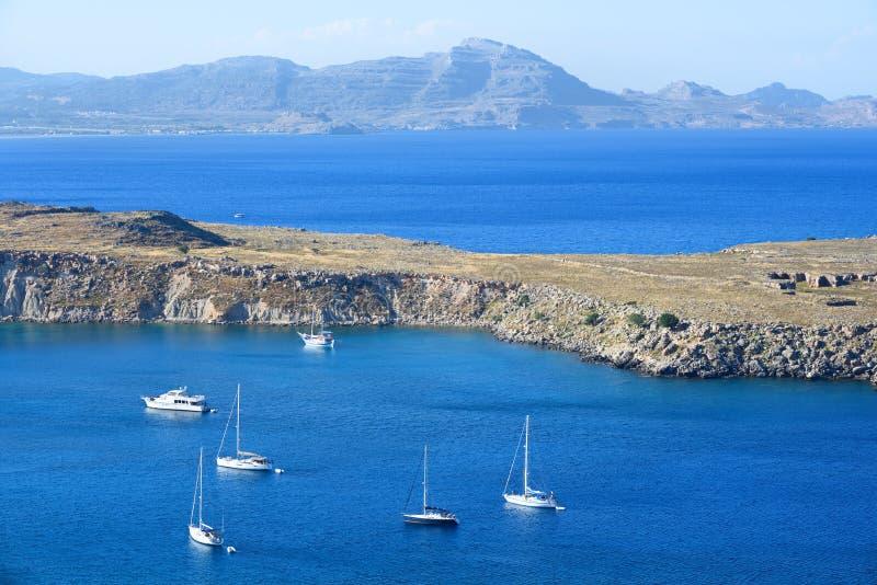 Les yachts et les bateaux ancrés en mer bleue aboient photo stock