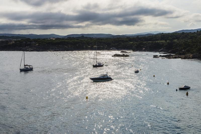 Les yachts et les voiliers ont amarré dans Costa Brava, Catalogne, Espagne image libre de droits
