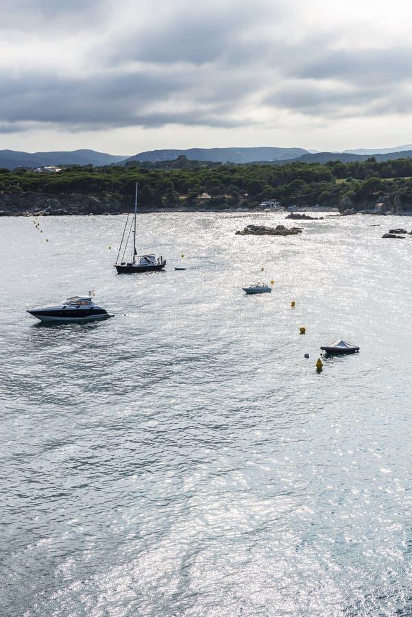 Les yachts et les voiliers ont amarré dans Costa Brava, Catalogne, Espagne images libres de droits