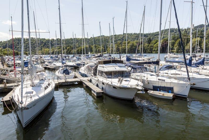 Les yachts ont amarré chez Boweness sur Windermere, lac Windermere photographie stock libre de droits