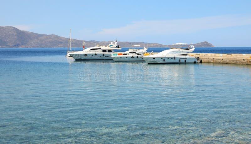Les yachts ont amarré dans le port de Monemvasia, Péloponnèse, Grèce, juin 2018 images stock