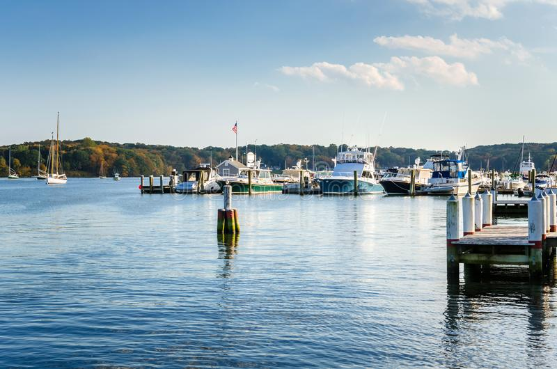 Les yachts ont attaché jusqu'aux jetées le long du fleuve Connecticut sur Autumn Day clair image stock