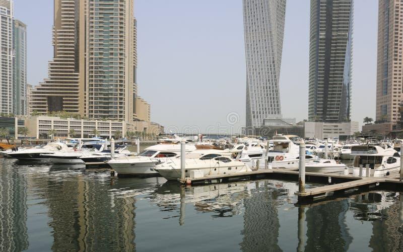 Les yachts superbes ont amarré dans un port de Dubaï image libre de droits