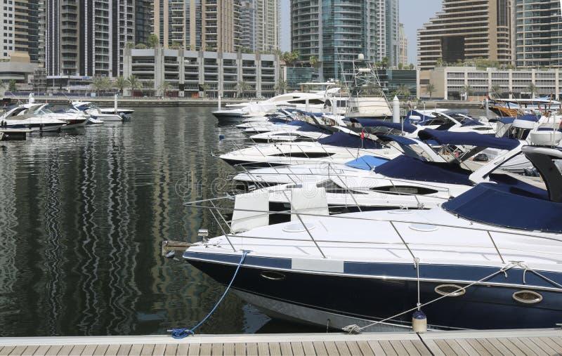 Les yachts superbes ont amarré dans un port de Dubaï images stock