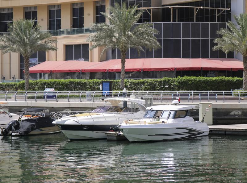 Les yachts superbes ont amarré dans un port de Dubaï photographie stock